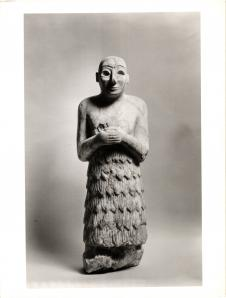 Sumerian statuette with folded arms